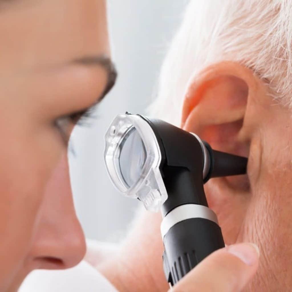 Consultation de l'oreille d'une personne âgée