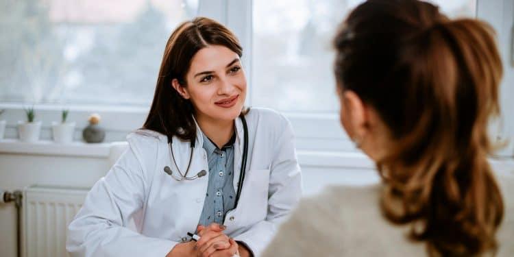 Une ORL en pleine discussion avec sa patiente